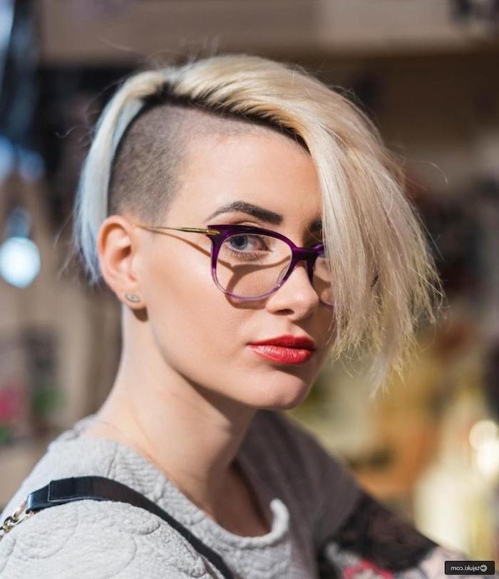 brillen trends 2020 damen blonde haare kurzhaarfrisuren undercut frauen geschminktes gesicht roter lippenstift grauer pullover moderne frisuren für kurze haare