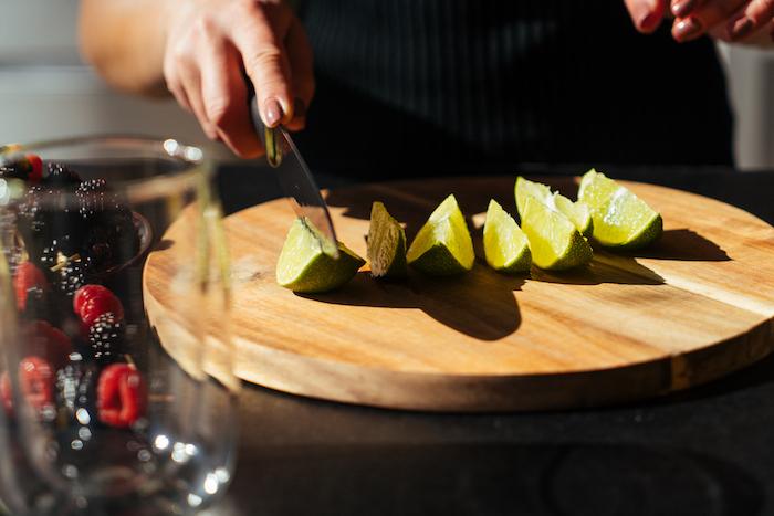 Cocktail selber machen Schritt für Schritt, Limette in Stücke schneiden