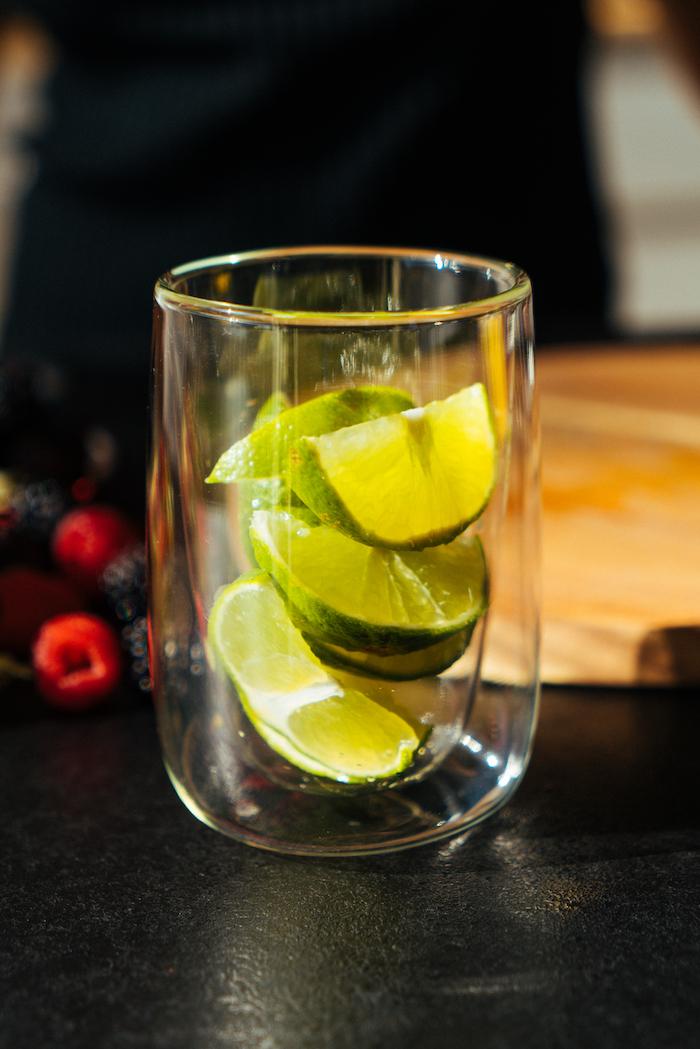 Limettenstücke ins Glas geben und leicht zerdrücken, Cocktail Rezept