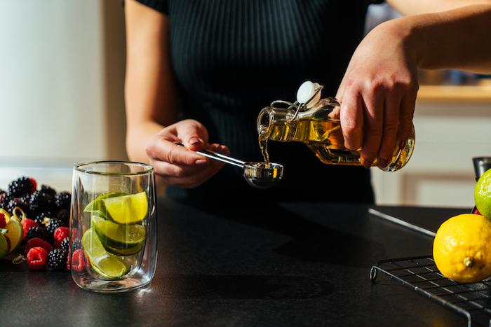 Limettenstücke ins Glas geben, Zuckersirup hinzufügen, Wodka Cocktail Rezept