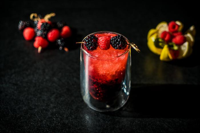 Cocktail Rezept mit Brombeeren und Sodawasser, erfrischende Getränke für den Sommer