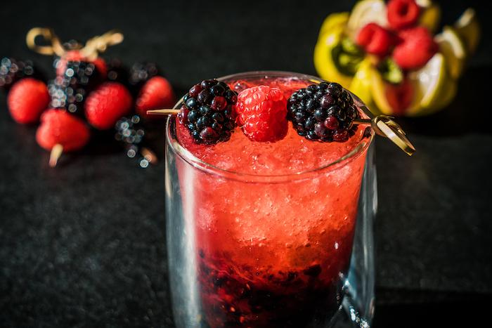Schnelles Cocktail Rezept mit frischen Brombeeren und Himbeeren