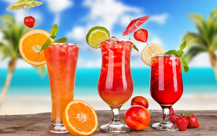 coole drinks, cocktails selber machen, obst, pfefferminze, orange, erdbeeren, limette