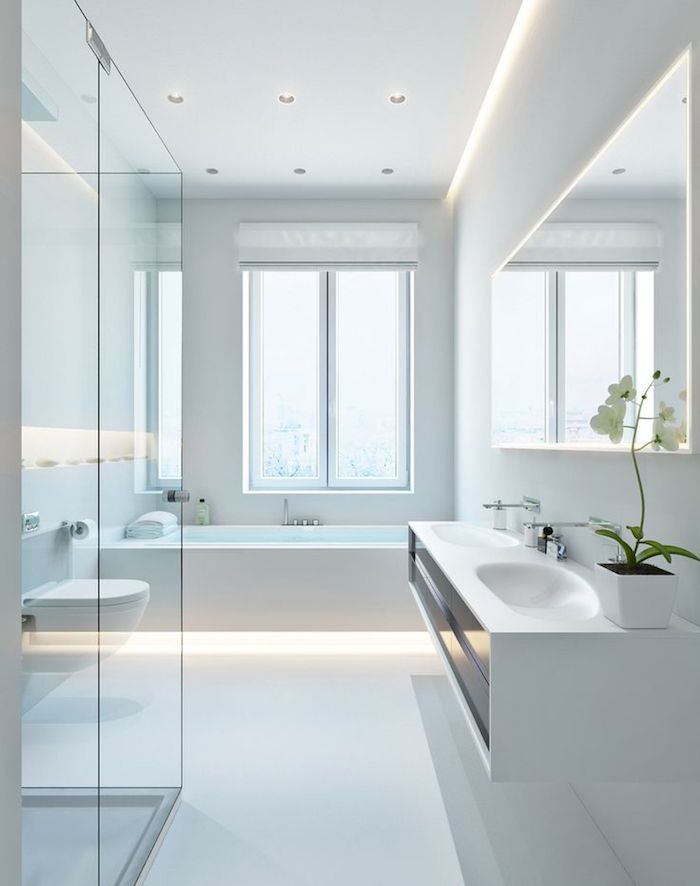 badezimmer in weiß, duschkabinne aus glas, eckiger spiegel mit beleuchtung