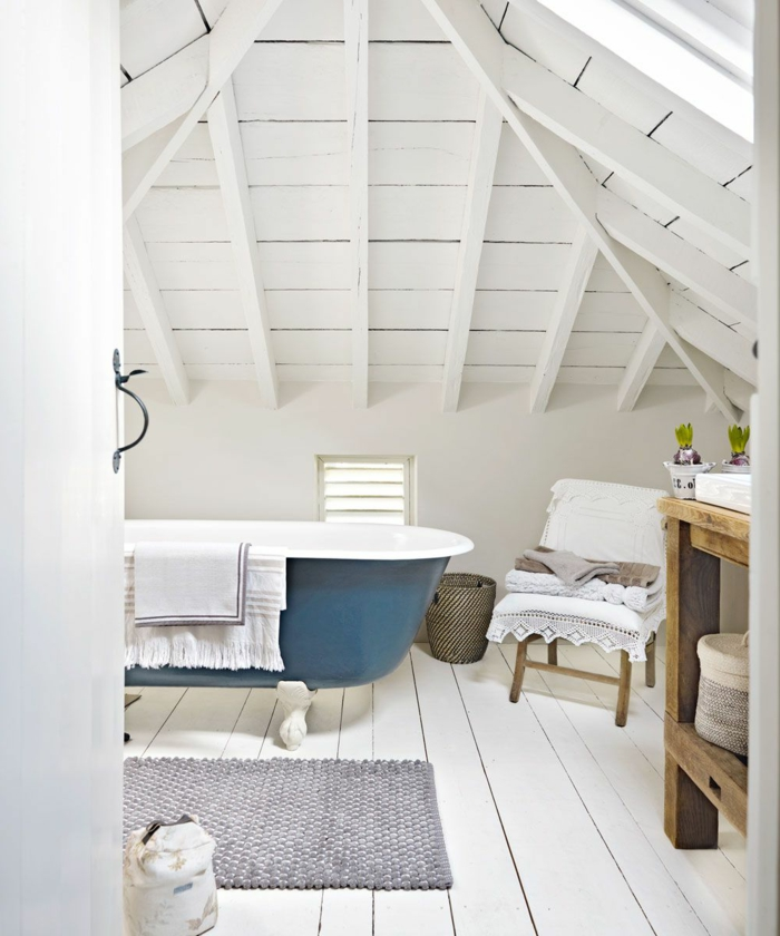 Blaue Badewanne, grauer Teppich, Dachboden maritime Badezimmer mit Dachschräge, Waschbecken aus Holz,