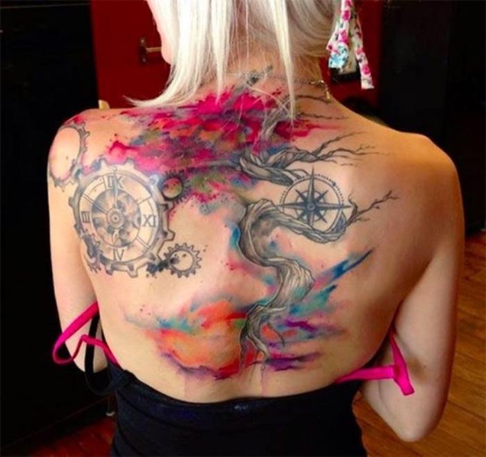 ein baum und zwei kompasse ß- idee für einen compass tattoo auf dem rücken einer jungen frau
