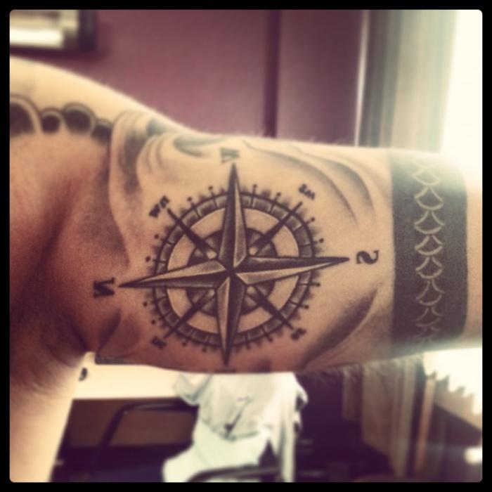 hier finden sie eine idee für einen schwarzen tattoo mit sehr schönem und auüerdem großen kompass auf der hand