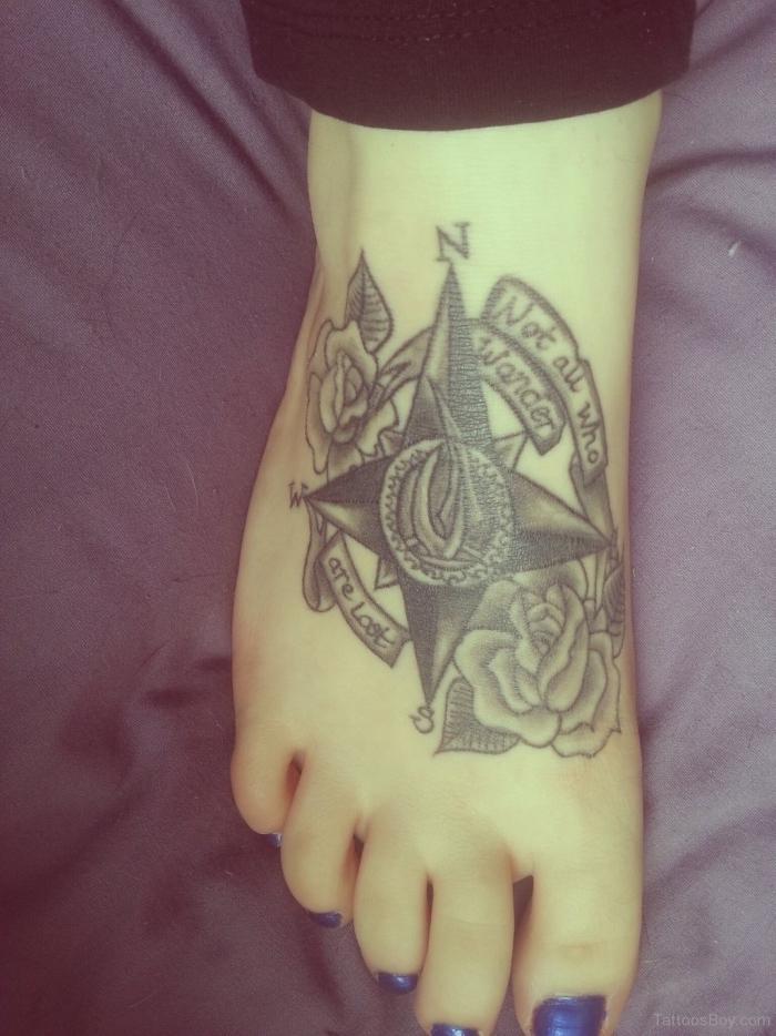 wir empfehlen ihnen, einen blick auf diese idee für einen tattoo mit kompass und rosen auf bein zu werfen