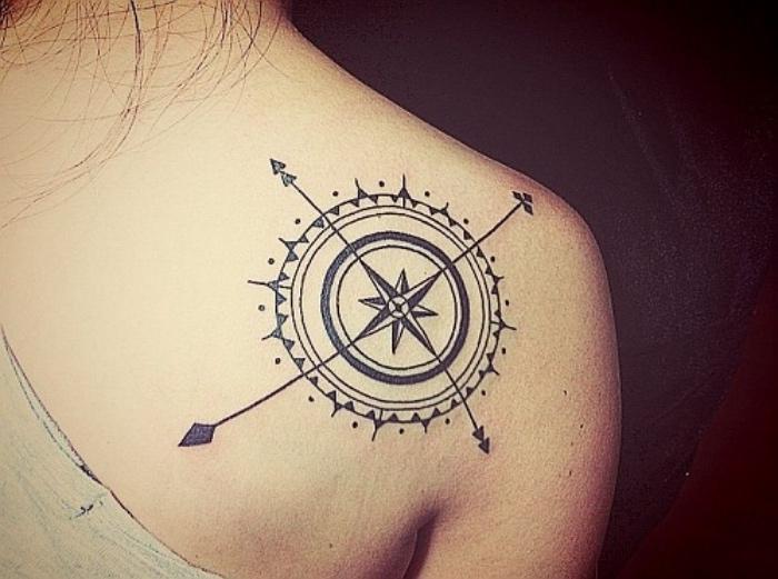 jetzt zeigen wir ihnen eine unserer ideen für einen compass tattoo mit einem großen kompass mid mandala motiven auf dem schulterblatt einer jungen frau