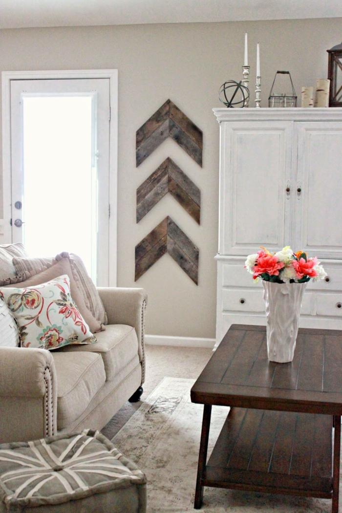 deko holz idee zeichen spetielle bedeutung bewegung nach oben nut vase mit blumen auf dem tisch