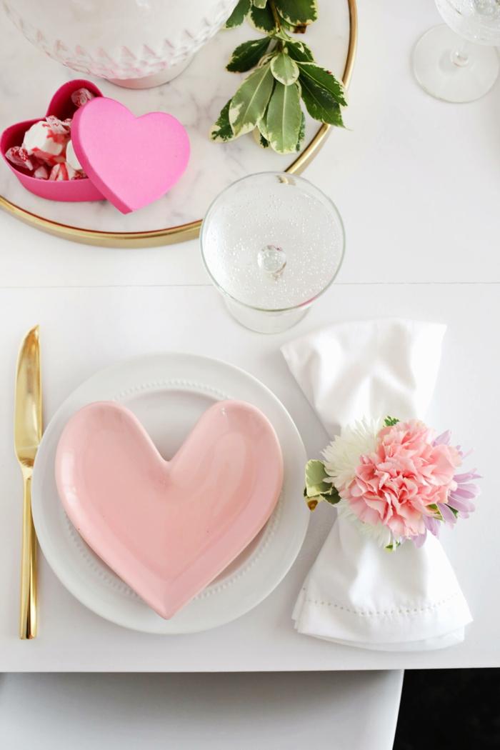 rosa teller in form von herzen, goldenes messer, diy serviettenring mit blumen