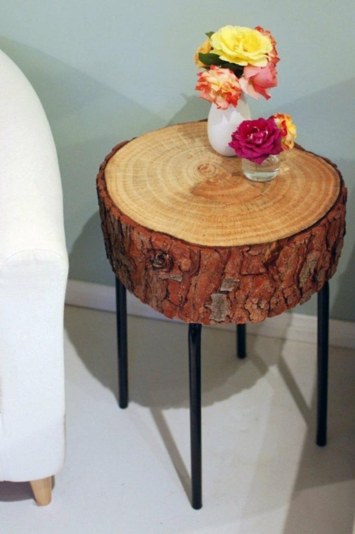 deko aus holz holzhocker hölzerne möbel kaffeetisch oder stuhl vasen darauf stellen 2 vasen mit blumen rosen