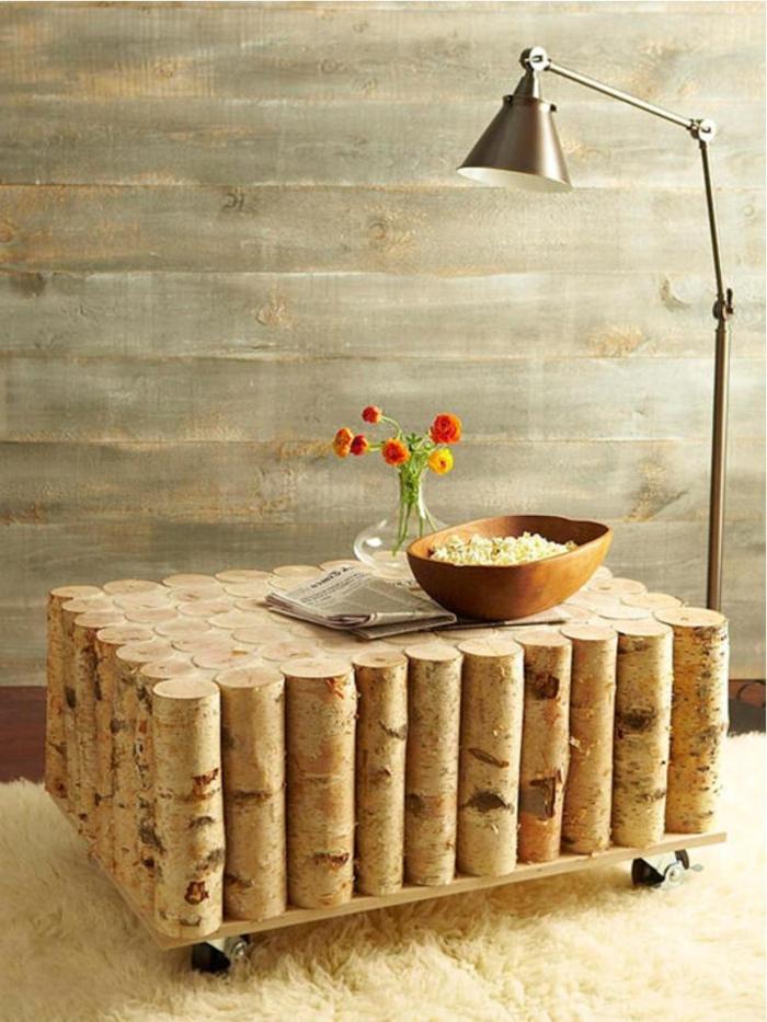 deko aus holz dekoideen für das zuhause holzstücke als tisch gestalten stehlampe dekoration blumen vase popcorn