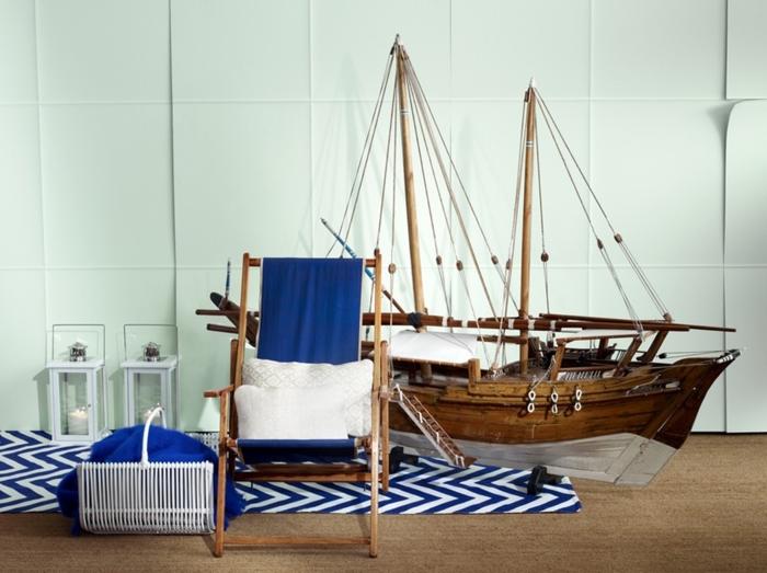 holzdeko ideen hölzerne dekorationen schiff aus holz als deko für das zuhause stuhl laterne blaue einrichtung