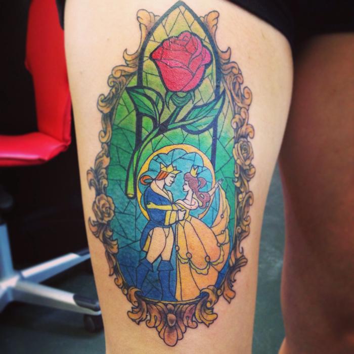 eine unserer ideen für einen märchenhaften rosen tattoo - die schöne und das biest -eine große rote rose tätowierung mit grünen blättern