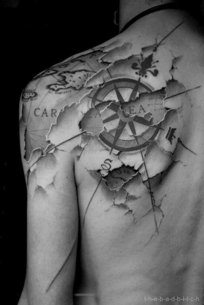hier ist eine idee für einen compass tattoo - ein schwarzer kompass und die karte der welt - idee für einen tattoo für männer