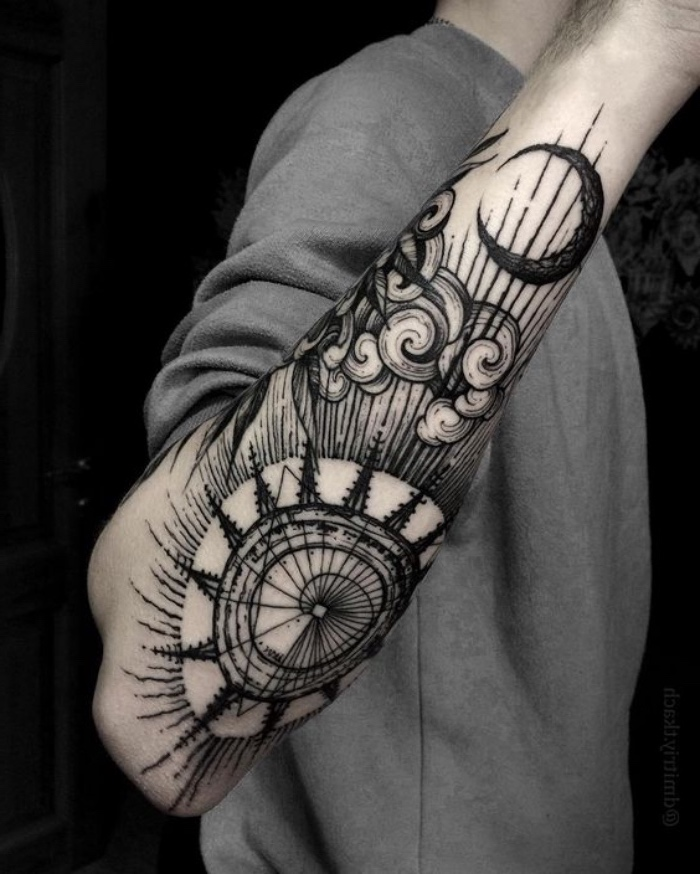hier ist eine idee für einen schwarzen compass tattoo auf der hand eines manns - mit einem kompass, wolken und einem schwarzen mond