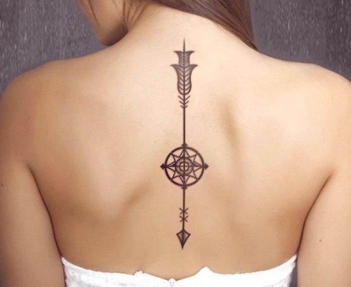 hier ist eine schöne junge frau mit einem schwarzen tattoo compass auf dem nacken - mit einem schwarzen kompass
