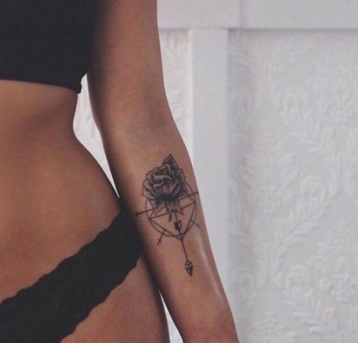 hier zeigen wir ihnen eine junge frau mit einer schwarzen tätowierung und einem kleinen compass tattoo - eine unge frau mit einem tattoo