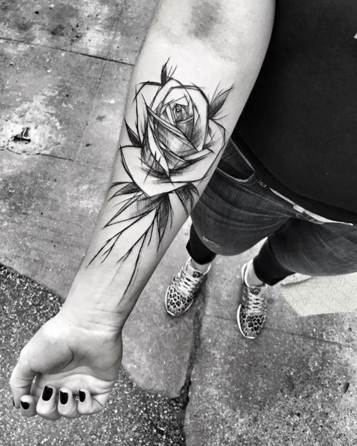 ein mädchen mit einem großen schwarzen tattoo . rosen tattoo vorlage - hand mit einem schwarzen nagellack