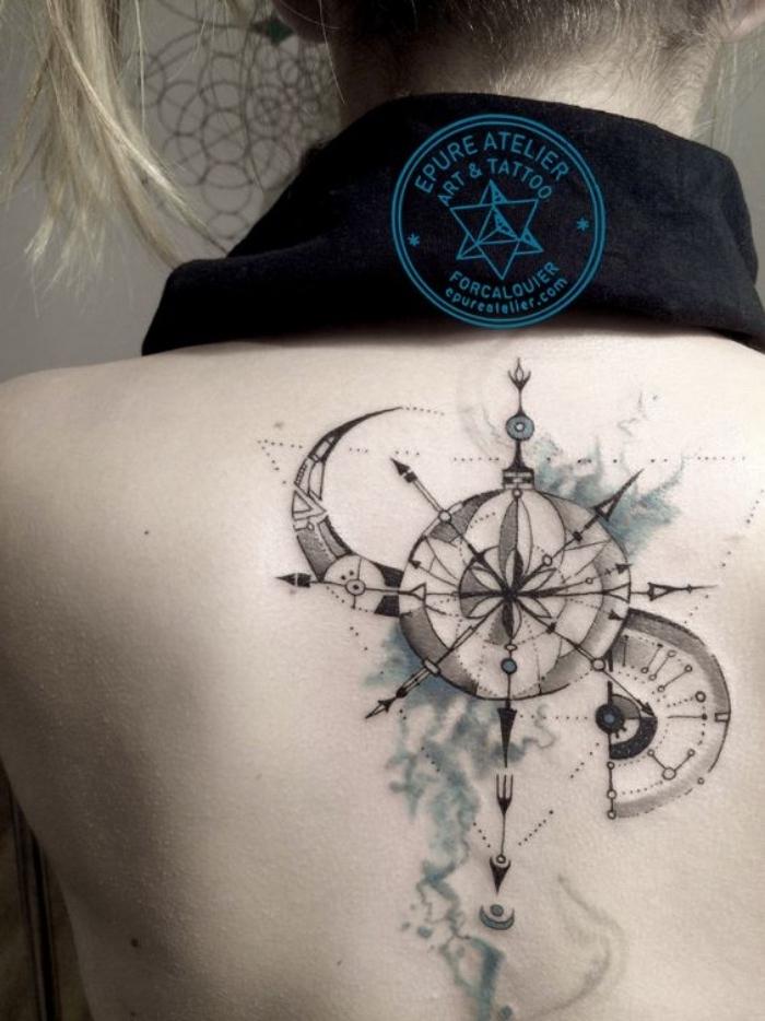 ein mond und ein schwarzer großer steampunk kompass - idee für einen compass tattoo auf dem rücken einer jungen frau