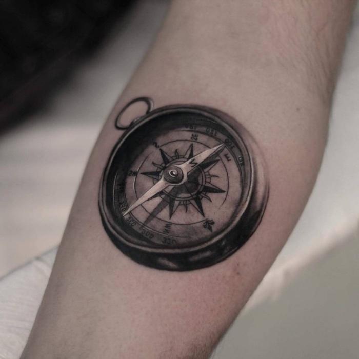 hier ist noch eine unserer ideen für einen schwarzen compass tattoo aud der hand mit einem schwarzen kompass