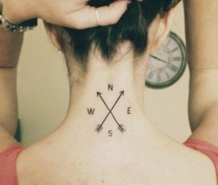 das ist eine idee für einen tattoo mit einem kleinen schwarzen kompass auf dem nacken