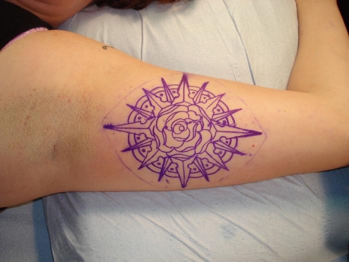 noch eine tolle lila tätowierung auf der hand - eine lila rose mit einem lila kompass - ein compass tattoo