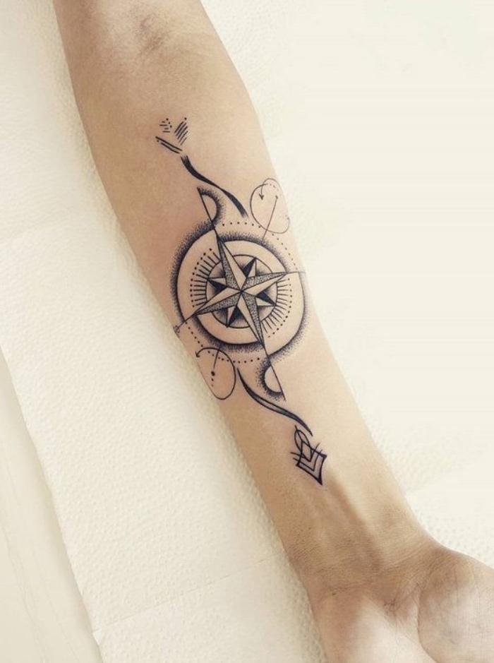 hier finden sie eine der schönsten tätowierungen mit einem großen schwarzen kompass auf einer hand