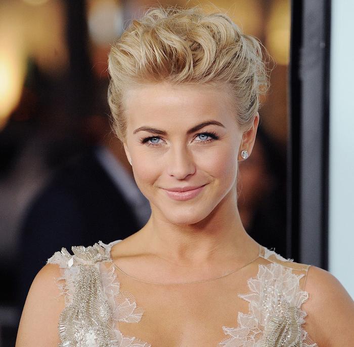 Hochsteckfrisuren Hochzeit blonde Haare silberne Ohrringe schönes Kleid