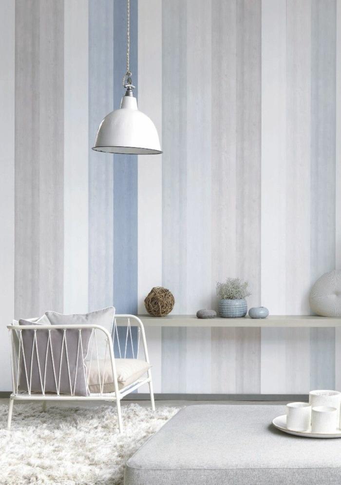 Maritime Wandgestaltung in blaue und graue Farben, weiße hängende Lampen, flauschiger weißer Teppich,