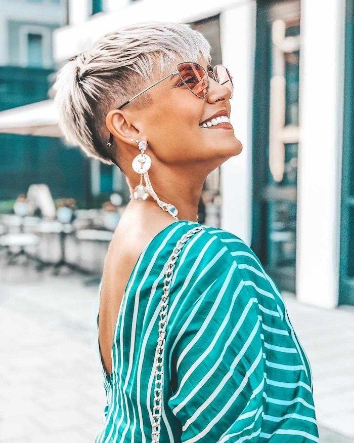 fashion inspo elegantes grünes kleid frau mit blonden haaren moderne ohrringe kurzhaarfrisuren damen undercut ideen und inspo