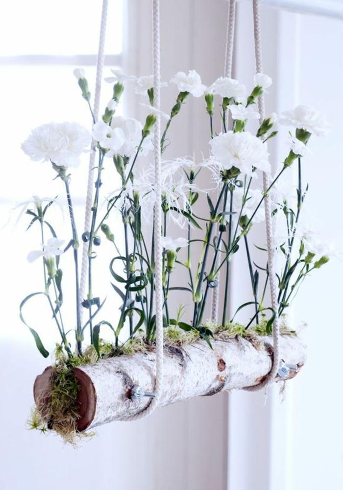 hängende Fensterdeko Treibholz frische Blumen am Fenster
