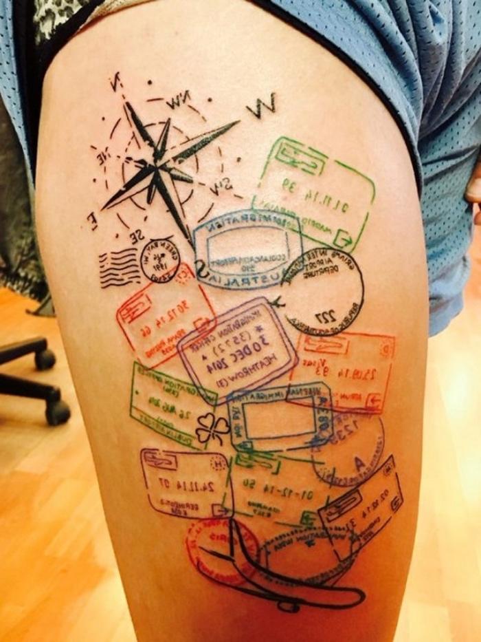 jetzt zeigen wir ihnen noch eine idee für einen compass tattoo mit einem schwarzen kompass und bunten stempeln