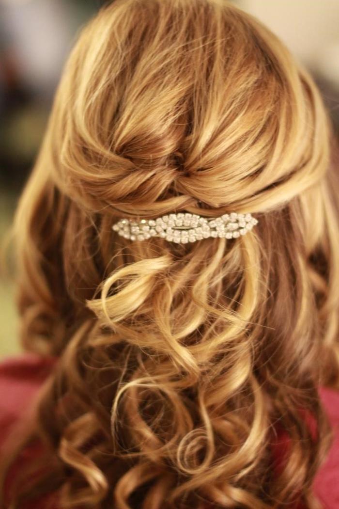 blonde Haare mit einem Haarspange aus Glasperlen lockige Haare Hochzeit Haare