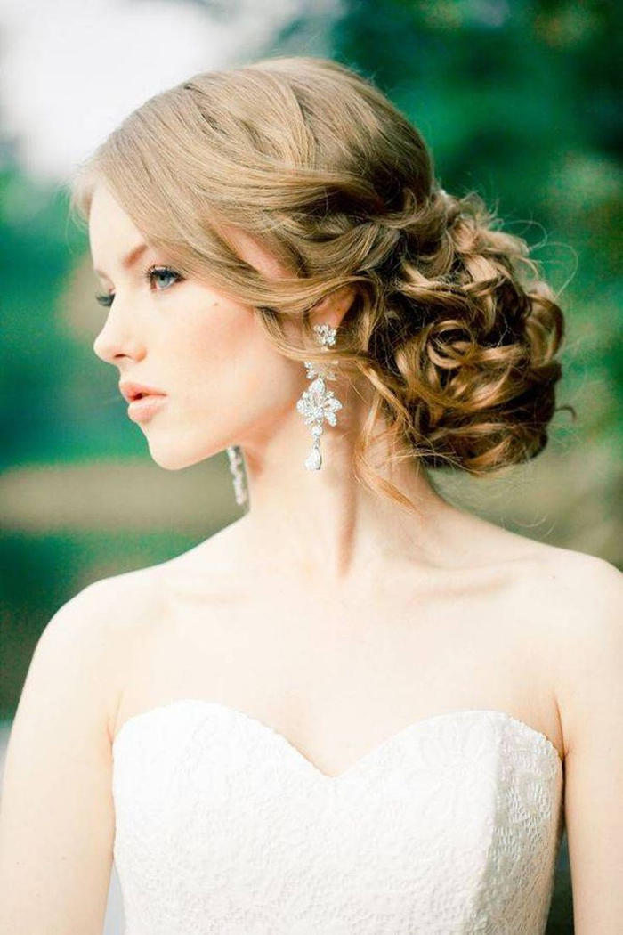 geflochtene Haare Hochsteckfrisuren Hochzeit ausgefallene Ohrringe weißes Kleid