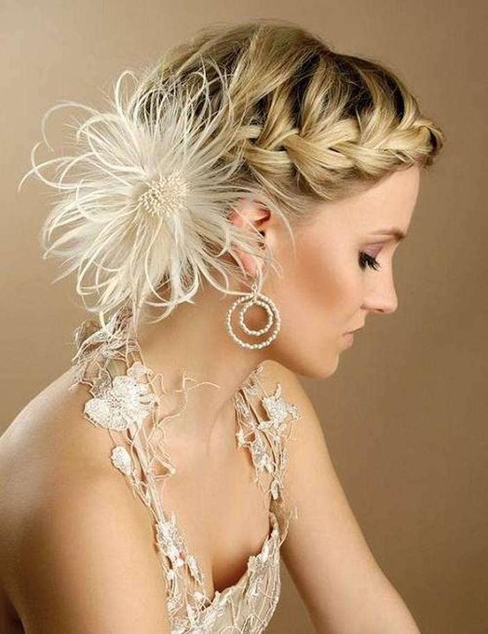 geflochtene Frisur weiße Blume selbstgebastelte Ohrringe Hochsteckfrisuren Hochzeit