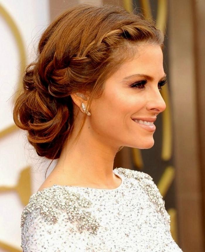 Steckfrisur einfache Hochzeit Frisuren geflochtene wie Kranz Haare glänzendes weißes Kleid