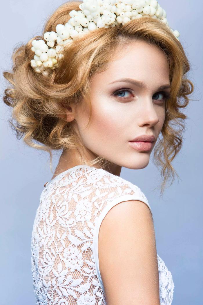 einfache Hochzeit Frisuren weißes Diadem aus Blumen gekrauste Haare blonde Haare