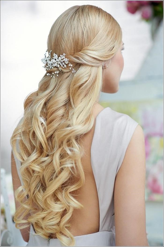 lange blonde Haare wie eine Prinzessin schöner Haarschmuck wie Blätter einfache Hochzeit Frisuren