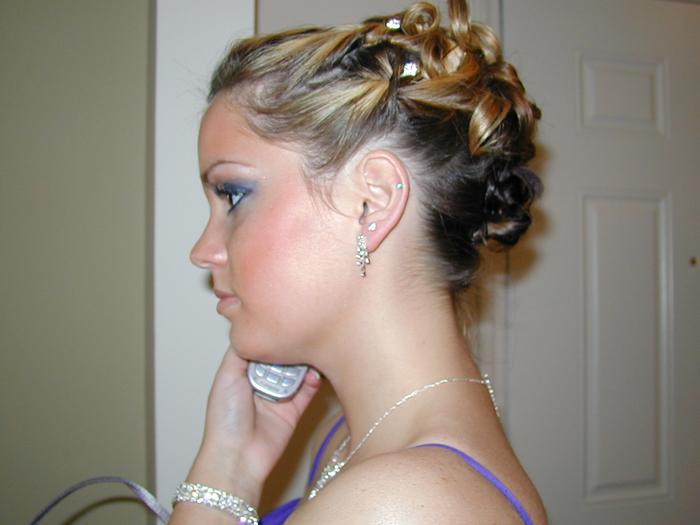 Ombre Haare in komplizierte Hochsteckfrisur mit geflochtenen Haaren und Perlen