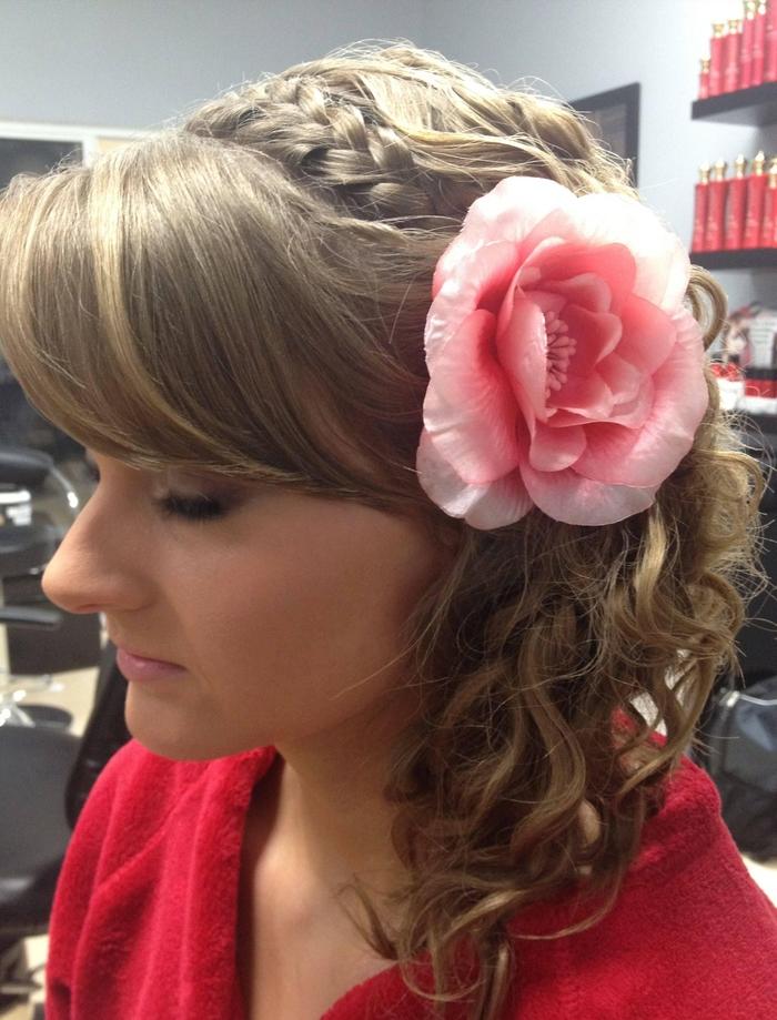komplizierte Hochzeit Frisur aus einigen Teile - Pony, Zopf und Locken schöne Blume