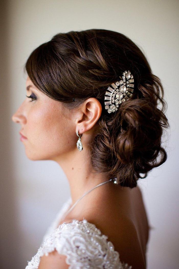 braune Haare, Haarschmuck mit Diamanten, weißes Kleid - Hochzeit Haare