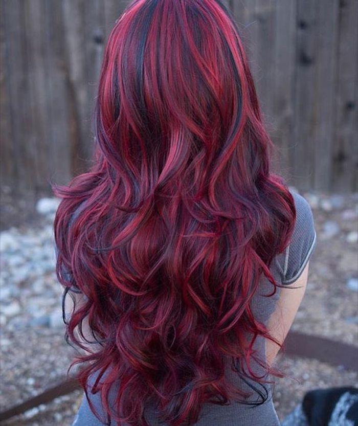 neue frisuren, dame mit langen, lockigen, roten haaren mit schwarzen strähnen