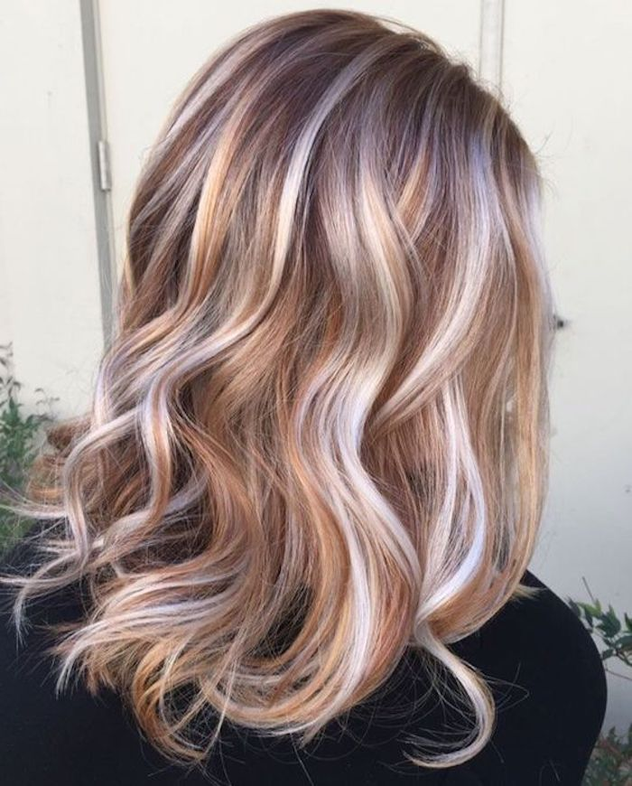 frisuren frauen, dame mit mittellangen, blonden, lockigen haaren mit hellblonden strähnen