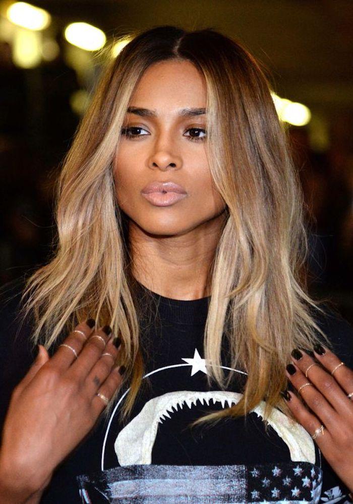 frisuren halblang, ciara, schwarzes t-shirt, hellbraune haare mit blonden strähnen