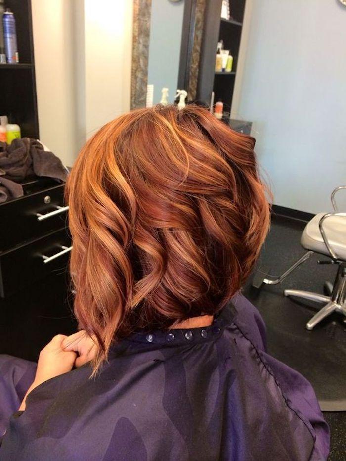 coole frisuren, kurze, lockige, rote haare mit dunkelblonden strähnen