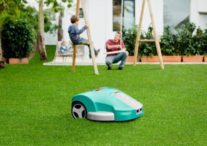 Im Garten Spaß haben, während der Mähroboter autonom arbeitet, der perfekte Rasenpfleger
