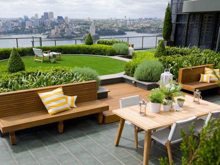 ein minimalistischer Garten - eine Sitzecke, englischer Rasen, viele grüne Pflanzen
