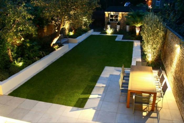 minimalistischer Garten in der Nacht gut beleuchtet, besonders die Bäume